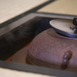 家族が茶工場で働いていて、身近にあったことと、親戚からお茶碗を頂いたのが興味を持ったきっかけです。